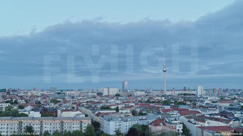 Berlin Volkspark am Weinberg Alexanderplatz Skyline Zuflug abends 5