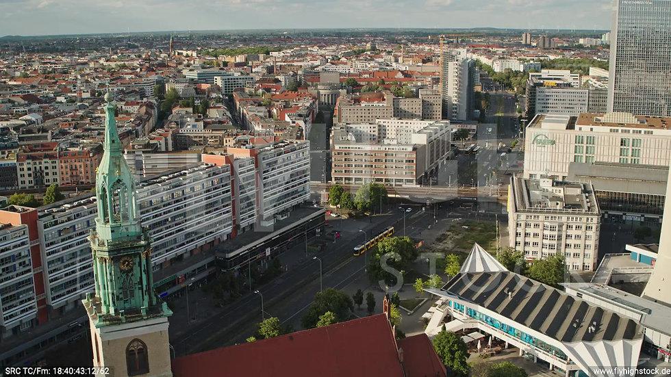 Berlin Neptunbrunnen S-Bahn Zuflug nach unten abends D041_C006