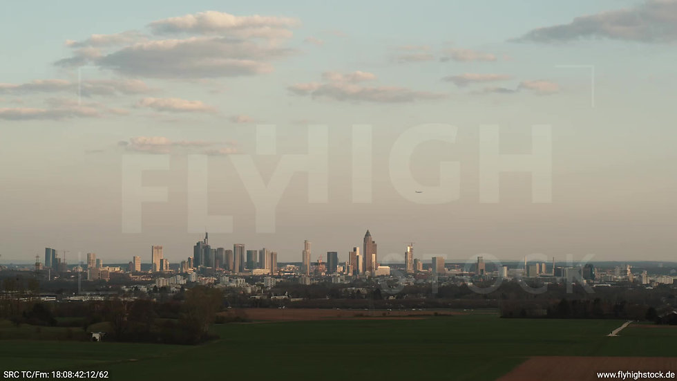 Frankfurt Skyline Parallelflug abends