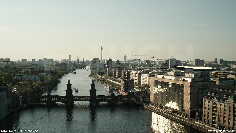 Berlin Oberbaumbrücke Skyline Zuflug tagsüber
