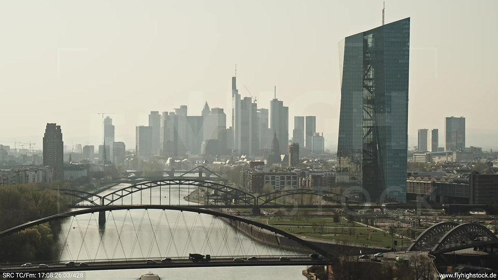Frankfurt Osthafenbrücke Zuflug Skyline tagsüber 8