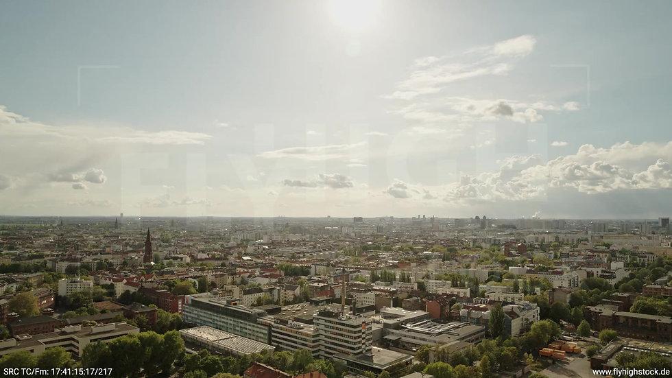 Berlin East Side Gallery Stadtteil-Shot Kreuzberg Parallelflug tagsüber 4