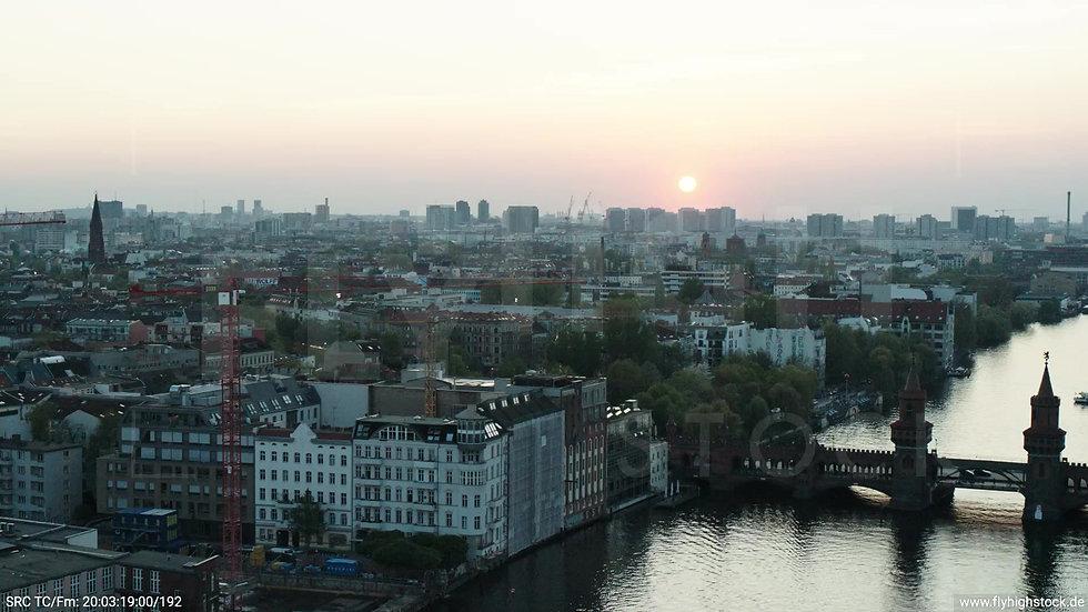 Berlin Oberbaumbrücke Skyline Zuflug abends 3
