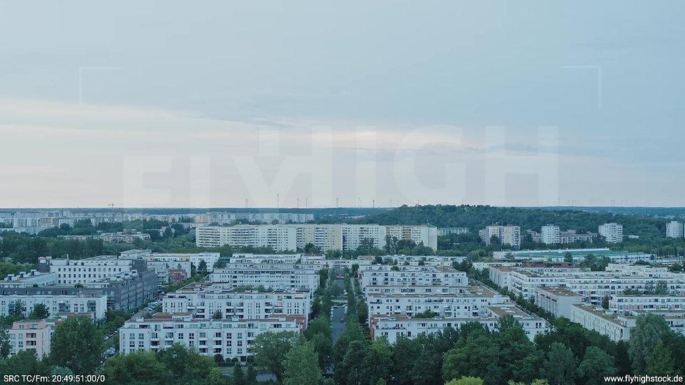 Berlin Marzahn Stadtteil-Shot Rückflug nach oben abends