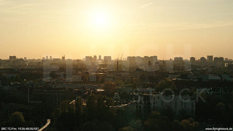Berlin Oberbaumbrücke Skyline Hub abends