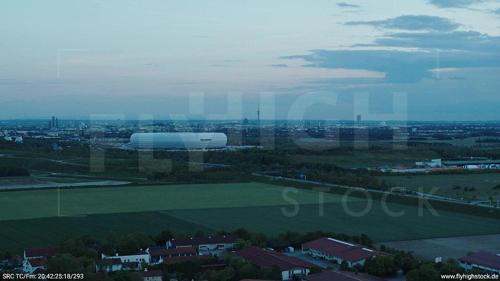 München Allianz Arena Skyline Rückflug abends