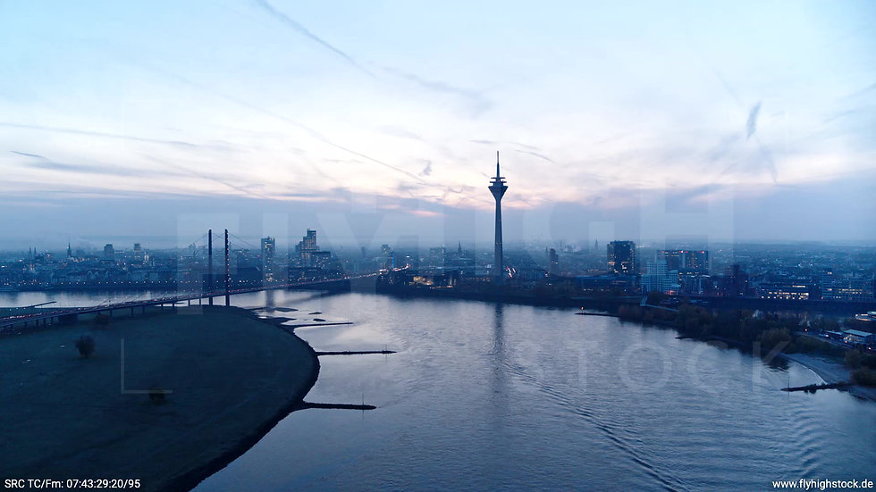Düsseldorf Rheinturm Skyline Zuflug morgens F004_C005
