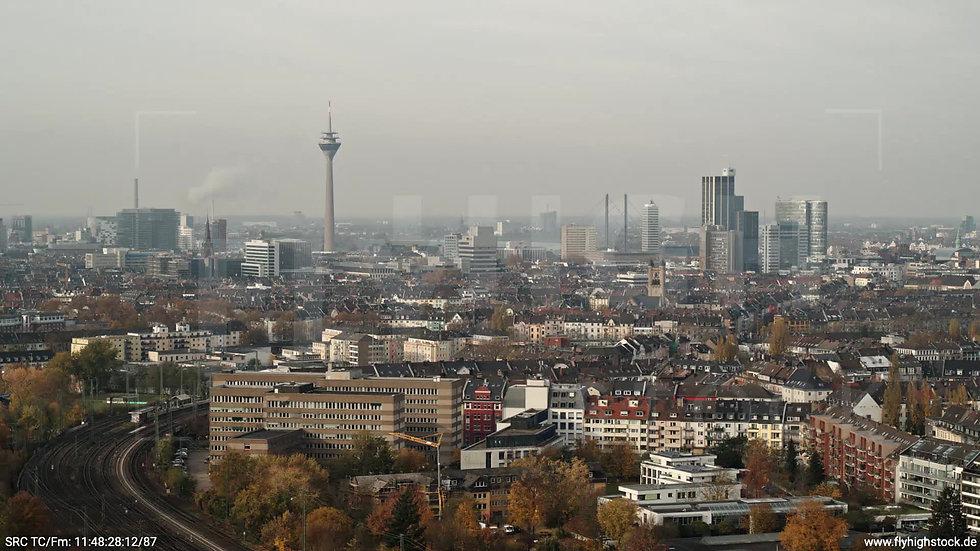 Düsseldorf Volksgarten Skyline Parallelflug tagsüber F006_C023