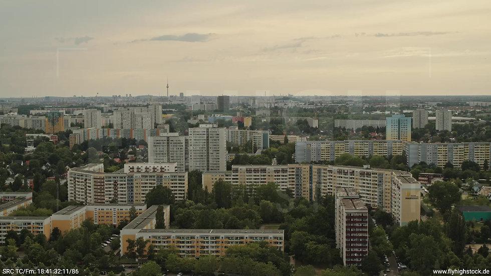 Berlin Marzahn Skyline Zuflug nach unten tagsüber 3