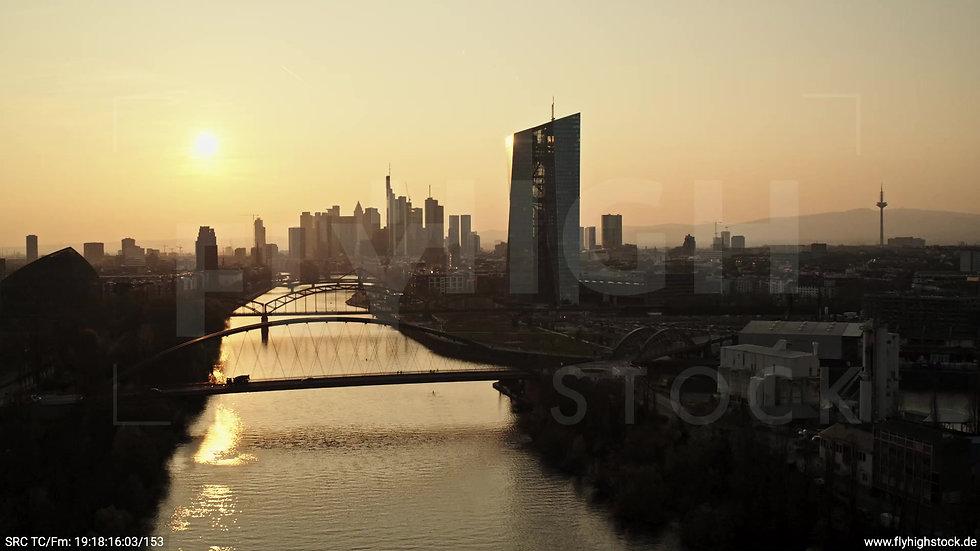 Frankfurt Osthafenbrücke Zuflug Skyline abends 2