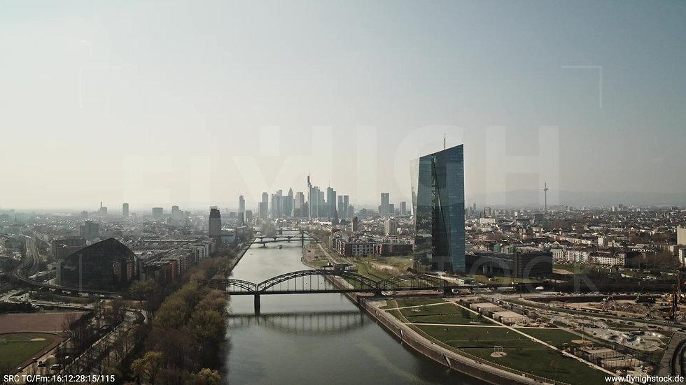 Frankfurt Osthafenbrücke Rückflug Skyline tagsüber 3