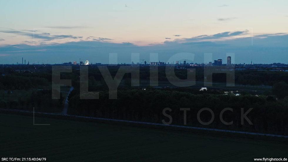 München Riemer Park Skyline Zuflug nach oben abends