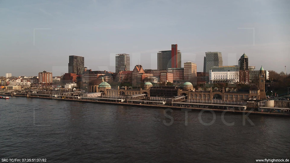 Hamburg Hafen Hub Landungsbrücken morgens