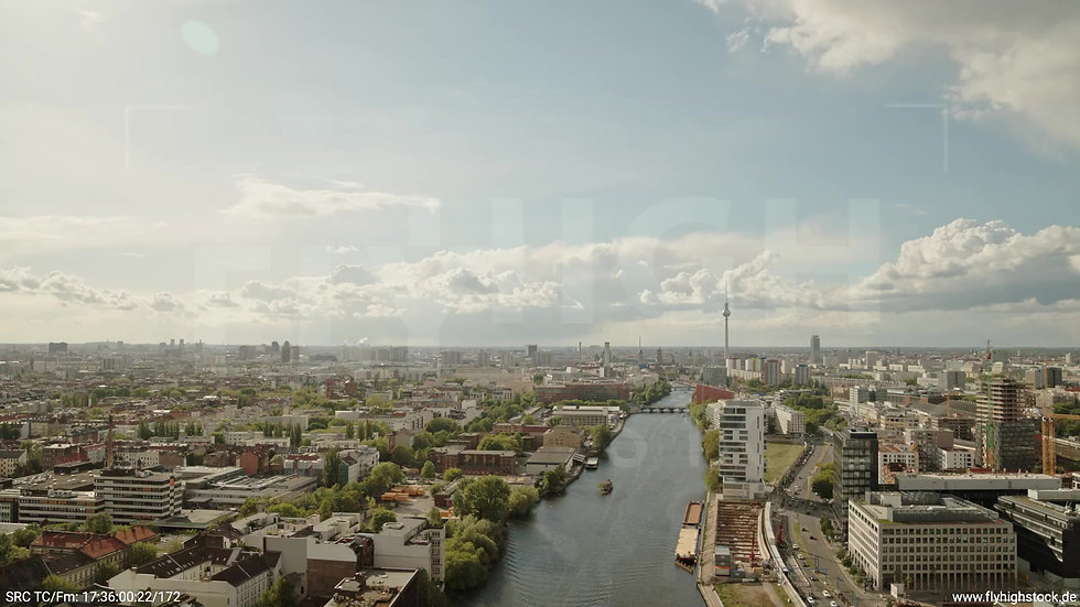 Berlin East Side Gallery Skyline Zuflug tagsüber 5