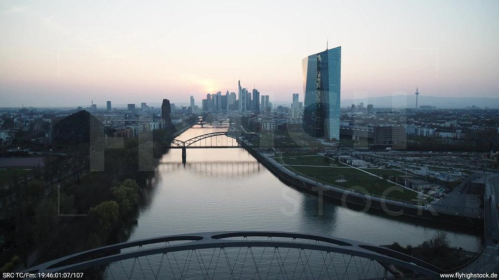 Frankfurt Osthafenbrücke Rückflug Skyline abends 5