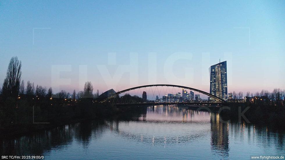 Frankfurt Osthafenbrücke Hub Skyline abends 12