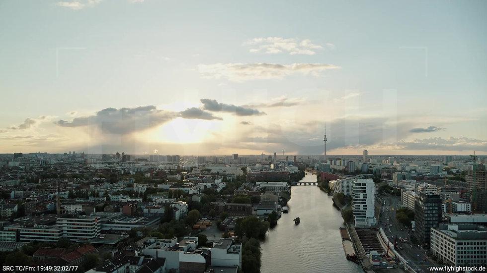 Berlin East Side Gallery Skyline Zuflug abends 3