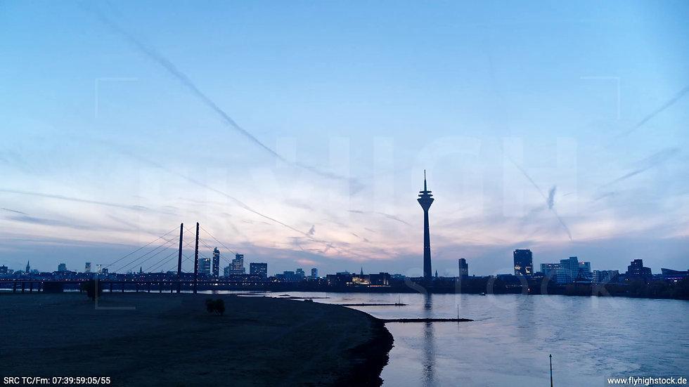 Düsseldorf Rheinturm Skyline tiefer Parallelflug morgens F004_C001