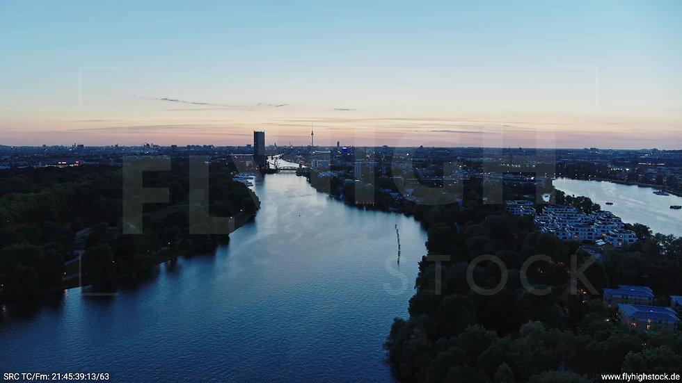 Berlin Treptower Park Skyline Zuflug abends 8