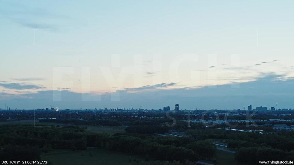 München Riemer Park Skyline Rückflug nach oben abends