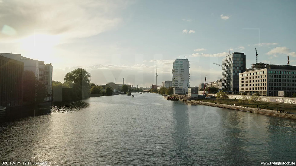 Berlin East Side Gallery Skyline Hub abends