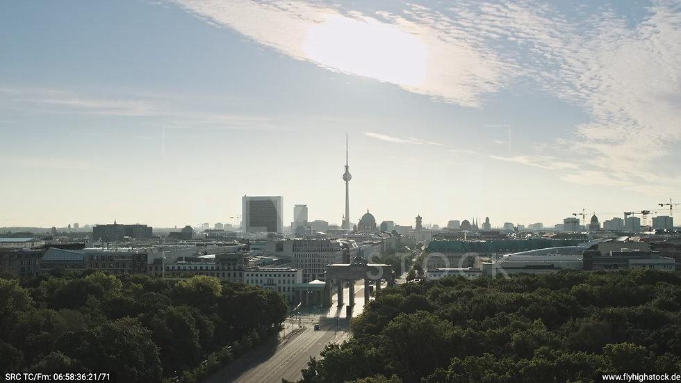 Berlin Tiergarten Brandenburger Tor tiefer Rückflug morgens D030_C019