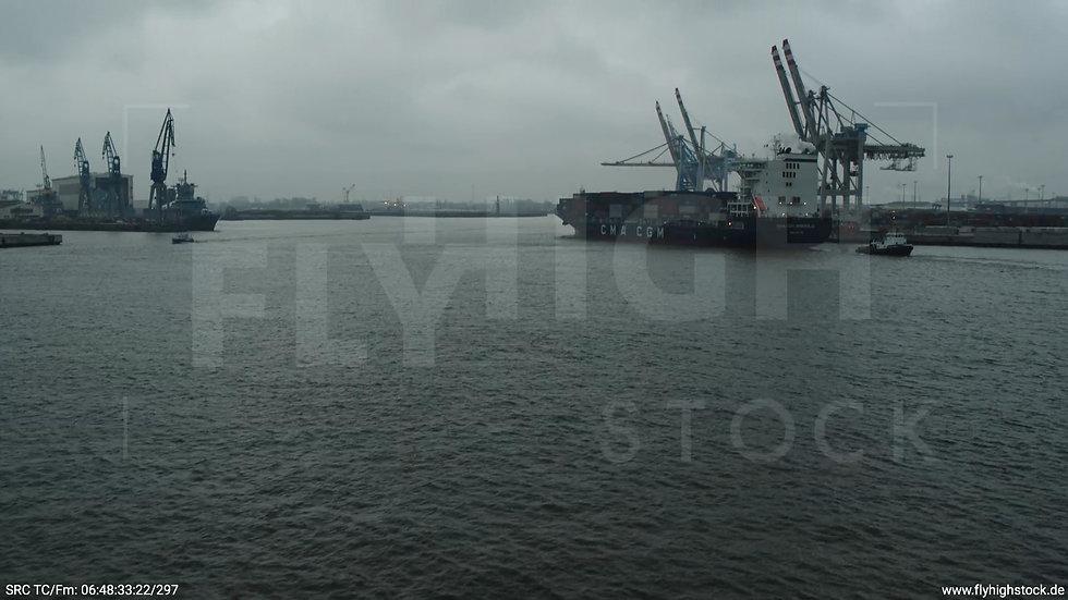 Hamburg Hafen Aufzieher Containerhafen mit Schiff