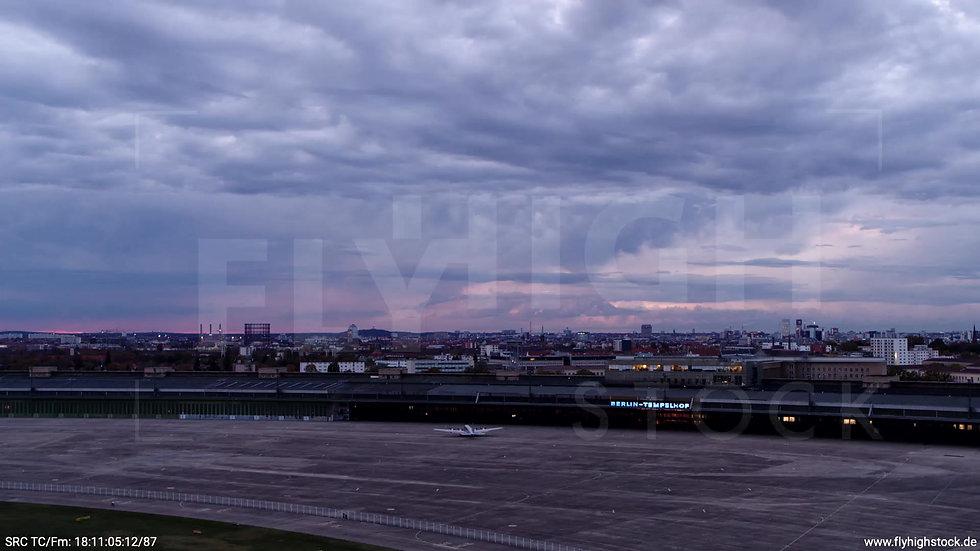 Berlin Flughafen Tempelhof tiefer Rückflug abends D007_C006