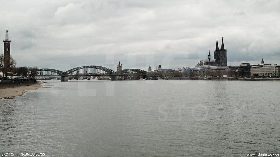 Köln Westufer Kölner Dom Zuflug nach oben tagsüber