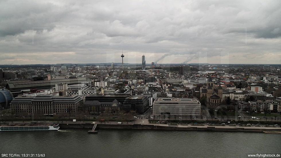 Köln Westufer Skyline Parallelflug tagsüber 2