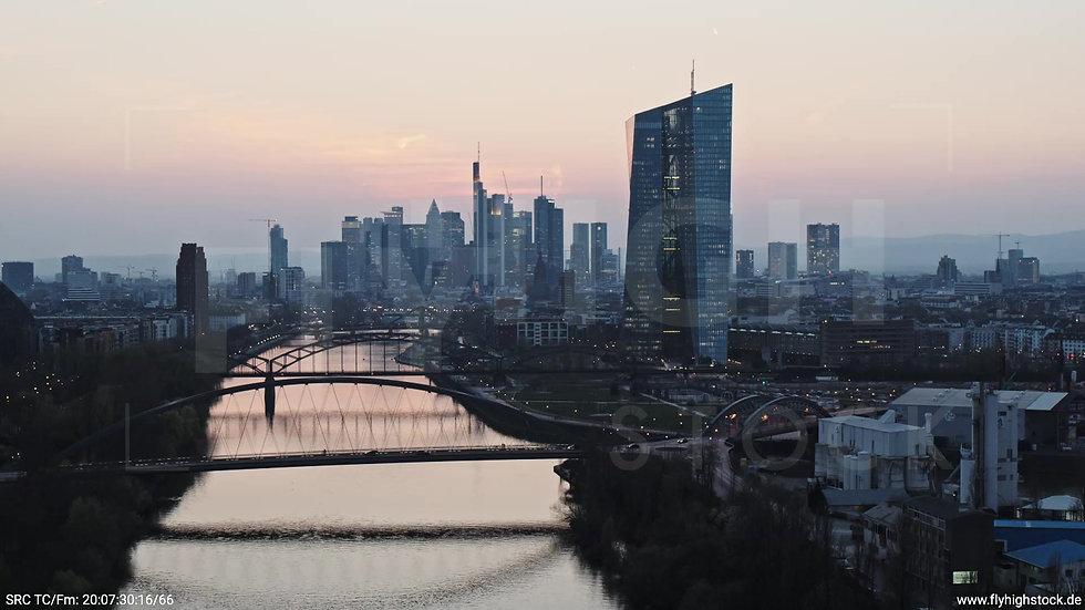 Frankfurt Osthafenbrücke Zuflug Skyline abends 7