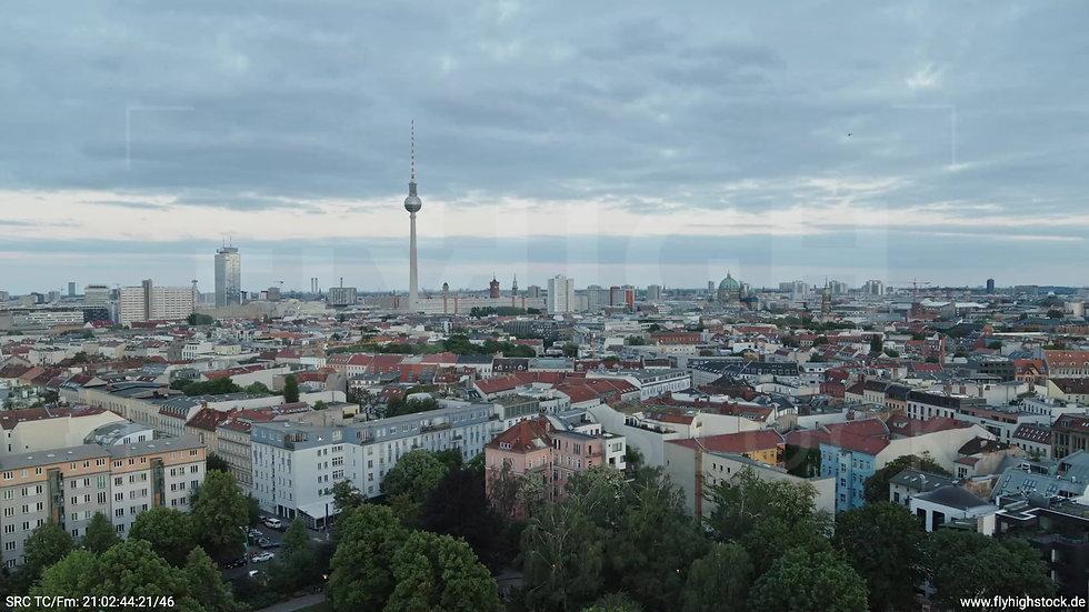 Berlin Volkspark am Weinberg Alexanderplatz Skyline Zuflug abends 4
