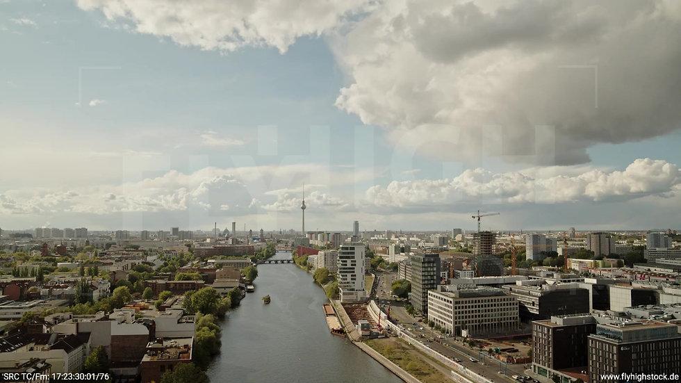 Berlin East Side Gallery Skyline Zuflug tagsüber 3