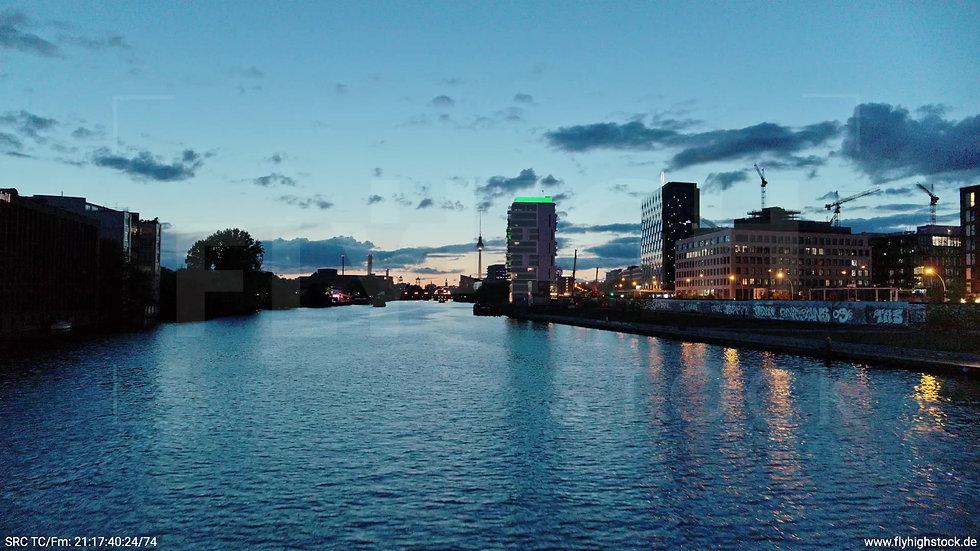 Berlin East Side Gallery Skyline Zuflug nach oben abends 3