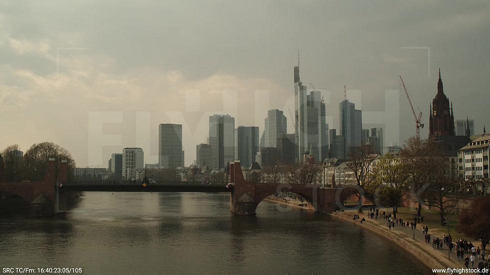 Frankfurt Alte Brücke Hub tagsüber 3