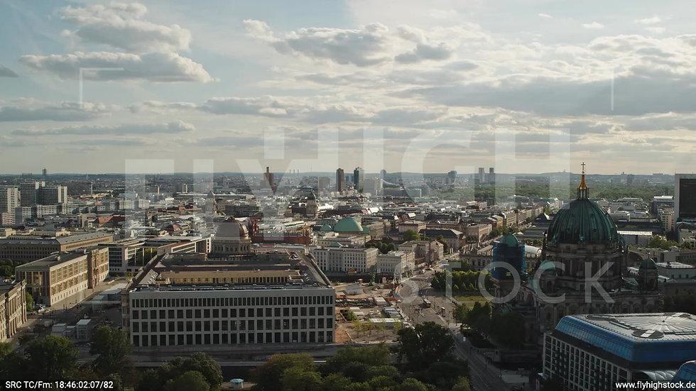 Berlin Neptunbrunnen Berliner Schloss Zuflug nach unten abends D041_C014