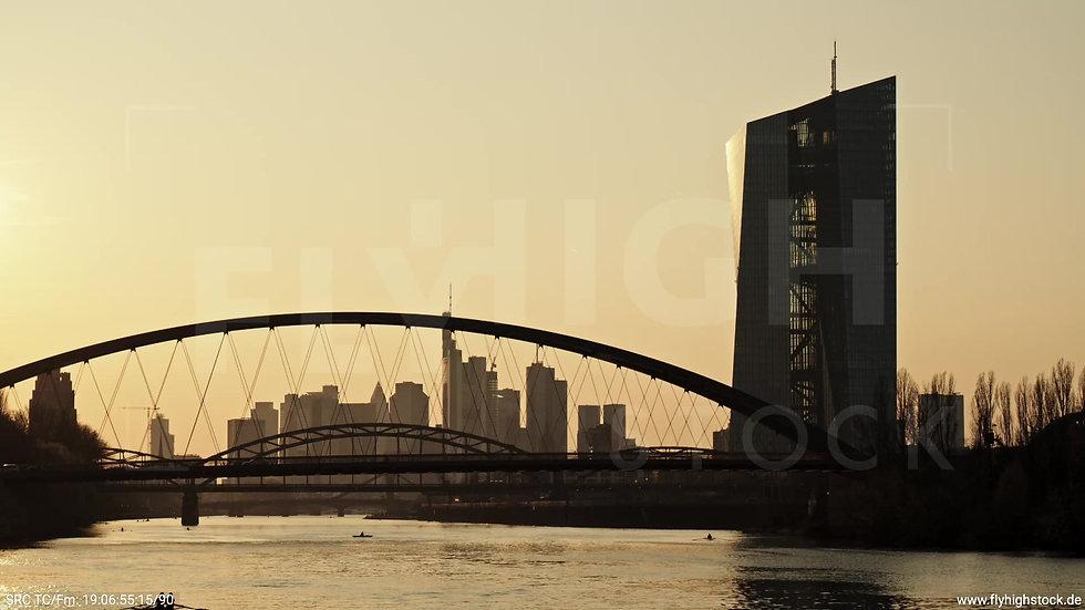 Frankfurt Osthafenbrücke Hub Skyline abends 3