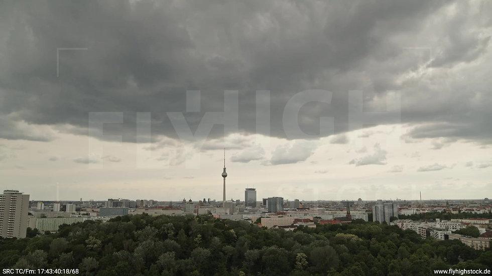 Berlin Volkspark Friedrichshain Alexanderplatz Skyline Zuflug tagsüber 2