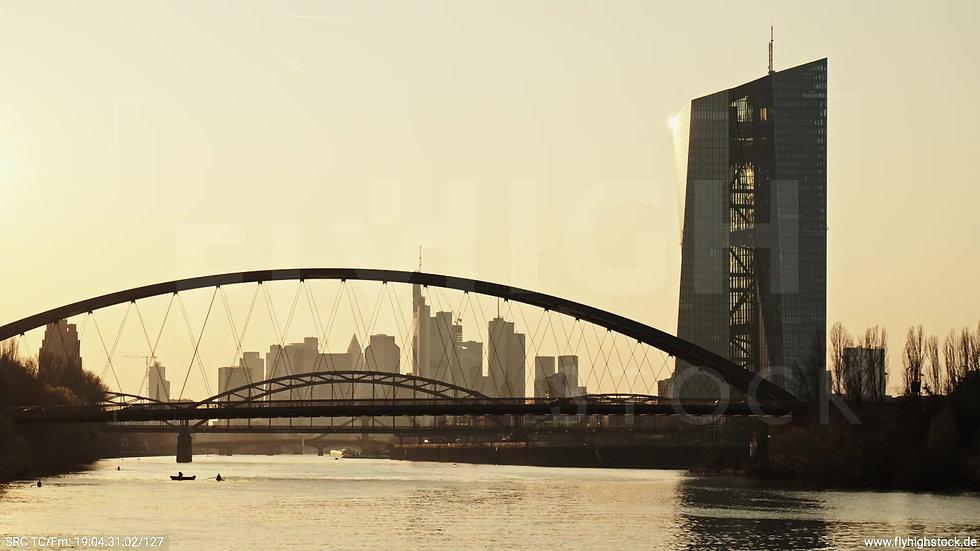 Frankfurt Osthafenbrücke Hub Skyline abends