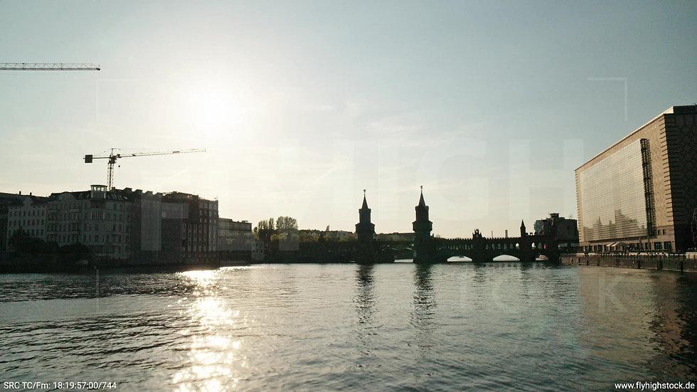 Berlin Oberbaumbrücke Skyline Zuflug nach oben abends