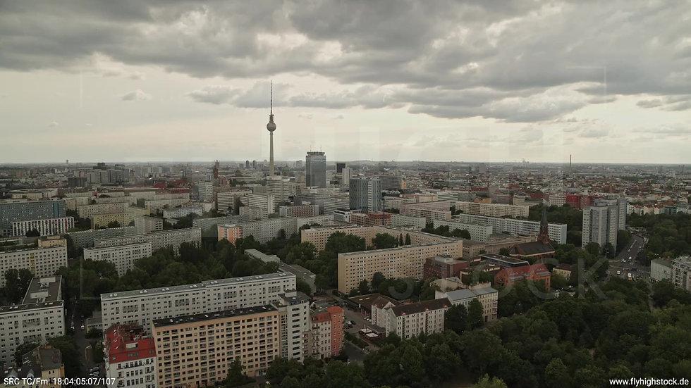 Berlin Volkspark Friedrichshain Alexanderplatz Skyline Rückflug n. u. tagsüber
