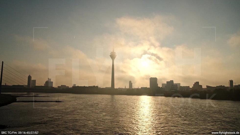 Düsseldorf Rheinturm Skyline Zuflug nach oben morgens F002_C018