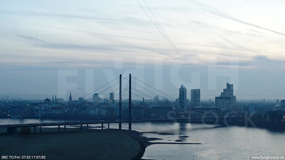 Düsseldorf Rheinturm Skyline Parallelflug morgens F004_C010