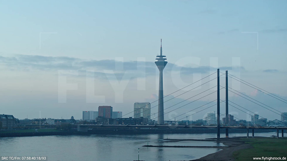 Düsseldorf Rheinkniebrücke Skyline tiefer Zuflug morgens F001_C012