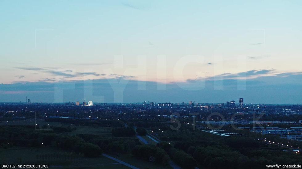München Riemer Park Skyline Parallelflug abends