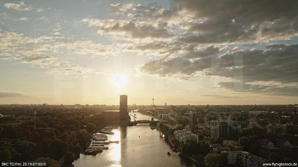Berlin Treptower Park Skyline Rückflug abends