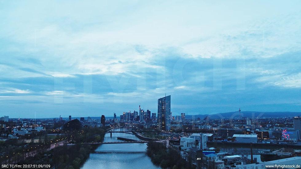 Frankfurt Osthafenbrücke Zuflug Skyline abends 24
