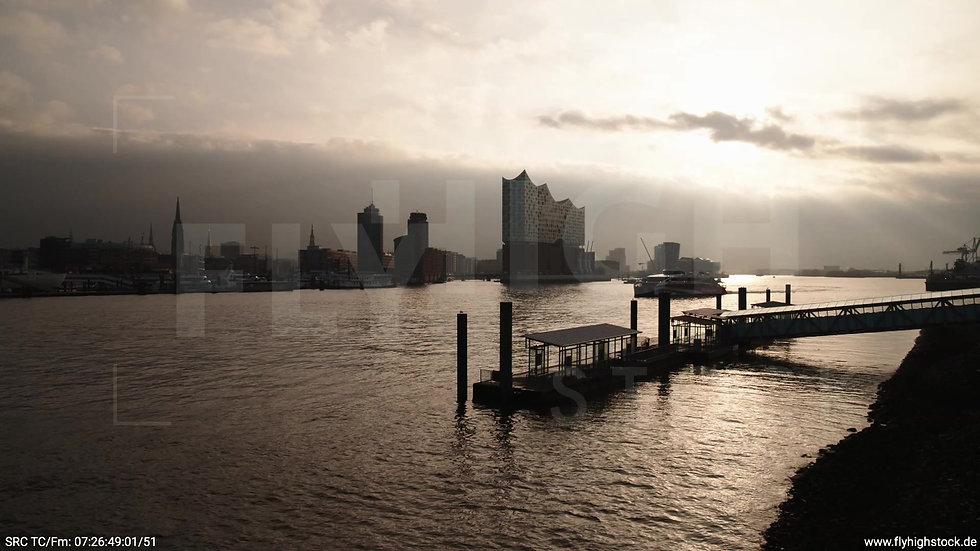 Hamburg Hafen Hub Elbe mit Schiff morgens