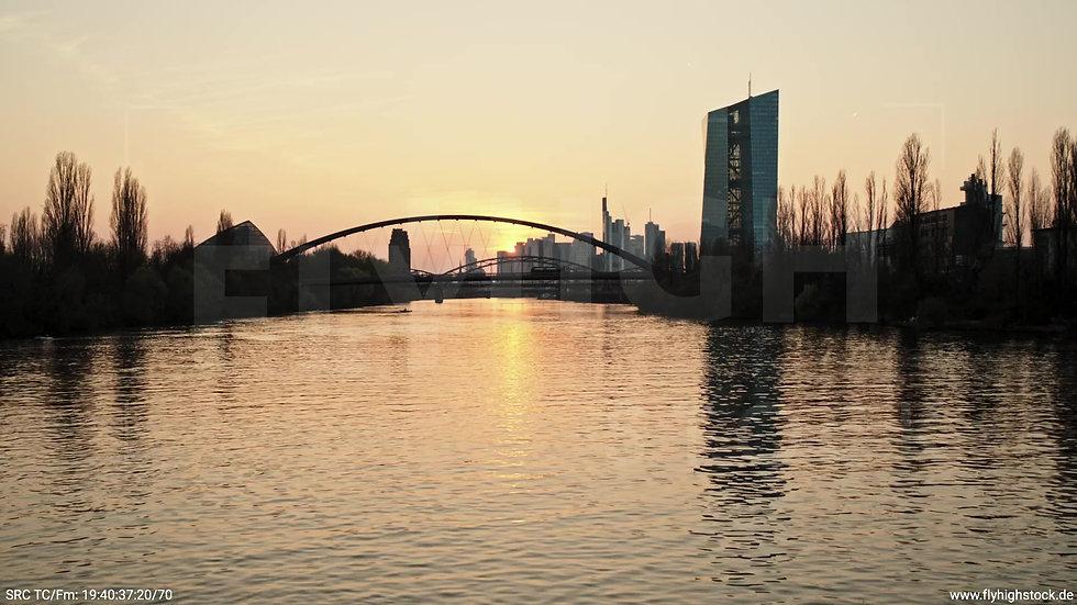 Frankfurt Osthafenbrücke Zuflug nach oben Skyline abends 5