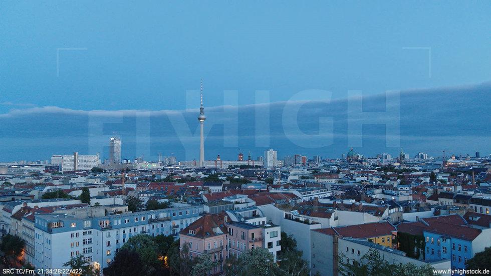 Berlin Volkspark am Weinberg Alexanderplatz Skyline Hub abends 7